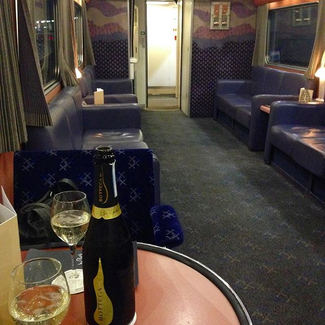 A sleeper cabin, a bottle of prosecco and a night train to Edinburgh. Civilized!