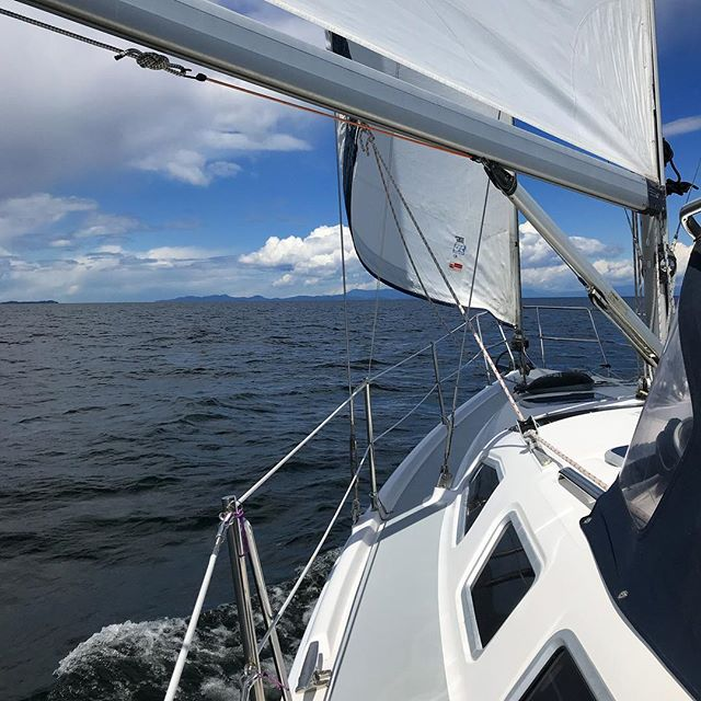 A nice downwind sail in 10 knots. Heading north!